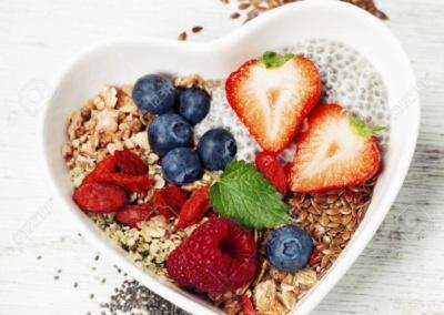 54573017-Desayuno-saludable-de-muesli-bayas-con-yogur-y-semillas-en-el-fondo-blanco-la-comida-sana-la-dieta-d-Foto-de-archivo